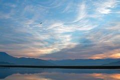 Vroege ochtendzonsondergang over Meer Isabella in de zuidelijke Sierra Nevada -bergen in Centraal Californië de V.S. royalty-vrije stock afbeeldingen