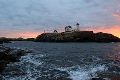 Vroege ochtendzonsopgang over Brokjevuurtoren, York, Maine, 2017 Royalty-vrije Stock Afbeeldingen