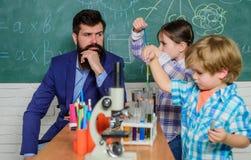 Vroege ontwikkeling van kinderen Terug naar School microscoop optisch instrument bij wetenschapsklaslokaal Gelukkige kinderen stock afbeeldingen