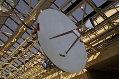 Vroege satellietschotel in museum Stock Afbeeldingen