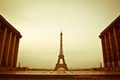 Vroege sepia van de ochtendlente mening over de Toren van Eiffel Royalty-vrije Stock Afbeeldingen