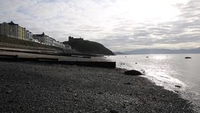 Vroege zomerochtend Criccieth de Noord- van Wales het UK met strand en overzees stock videobeelden
