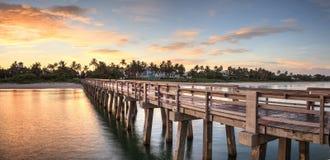 Vroege zonsopgang over de Pijler van Napels op de Golfkust van Napels, stock afbeeldingen