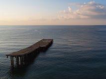 Vroeger de ochtend op de Zwarte Zee in de Krim in het Bakhchisarai-gebied: een kalme blauwe waterspiegel, kleine golven, in foreg Royalty-vrije Stock Afbeelding