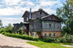 Vroeger herenhuis van Nelubovs van de 19de eeuw in MALOYAROSLAVETS, RUSLAND stock foto's