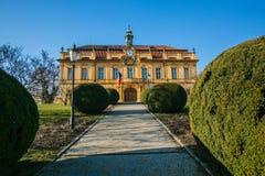 Vroeger kasteel in Liben, Praag, met gele voorgevel stock fotografie