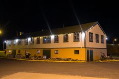 Vroeger pakhuis die nu als Reataurant in stad van Hornafjordur in IJsland dienen royalty-vrije stock fotografie