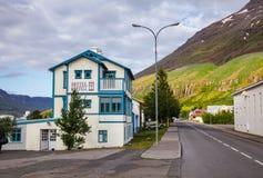 Vroeger postkantoor nu Hotel Snaefell op Austurvegur-straat Seydisfjordur Oostelijk IJsland Scandinavië stock afbeeldingen