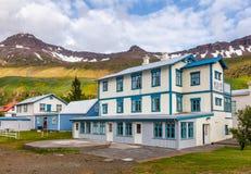 Vroeger postkantoor nu Hotel Snaefell op Austurvegur-straat Seydisfjordur Oostelijk IJsland Scandinavië stock foto