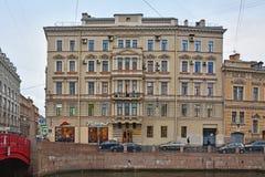 Vroeger voordelig huis van Korpus in Heilige Petersburg, Rusland stock foto's