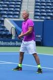 Vroegere kapitein van het team Patrick McEnroe van de V.S. Davis Cup in actie tijdens de gelijke van de het US Opententoonstellin stock afbeeldingen