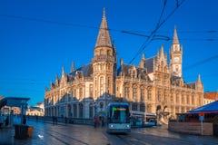 Vroegere postkantoor en tram in Gent, België stock foto