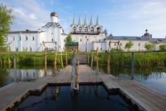 Vroegere September-ochtend bij een doopvont van het klooster van Tikhvin Uspensky Het gebied van Leningrad, Rusland Stock Afbeeldingen