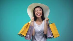 Vrolijk Aziatisch meisje in Panama die vele document zakken, het winkelen, de hobby van vrouwen houden stock videobeelden