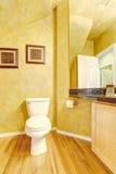 Vrolijk badkamersbinnenland in heldere gele kleur Stock Fotografie