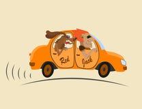 Vrolijk bedrijf in een oranje auto Stock Foto's