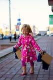 Vrolijk blond meisje 3 jaar oud met het winkelen stock afbeelding
