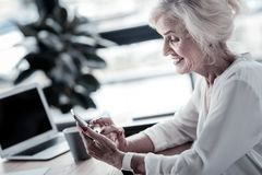 Vrolijk blonde die online met haar vriend communiceren stock foto