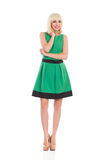 Vrolijk blondemeisje in groene kleding Royalty-vrije Stock Afbeeldingen