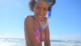 Vrolijk brunette die een snorkelend materiaal houden stock video