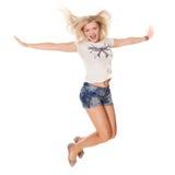 Vrolijk dansend meisje die plotseling op wit vliegend haar springen als achtergrond Royalty-vrije Stock Foto's