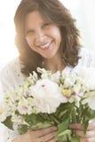 Vrolijk de Bloemboeket van de Vrouwenholding royalty-vrije stock foto's