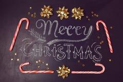 Vrolijk de kaartontwerp van de Kerstmisgroet met van het bord het van letters voorzien en suikergoed riet Mening van hierboven Royalty-vrije Stock Foto