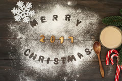 Vrolijk die Kerstmiswoord met koekjesbrieven wordt geschreven op houten tabl Stock Foto's