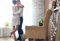 Vrolijk echtpaar die zich dichtbij het venster bevinden Royalty-vrije Stock Foto's