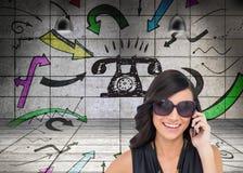 Vrolijk elegant brunette op de telefoon die zonnebril dragen Stock Foto