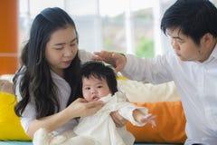 Vrolijk en zoet vrouw en echtgenootpaar met van de de babymeisje en mens van de moederholding het spelen met weinig dochter in Az royalty-vrije stock fotografie