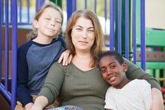 Vrolijk enig mamma met buiten zonen Royalty-vrije Stock Foto