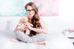 Vrolijk, gelukkig, mooi jong meisje in pyjama's met lang haar Royalty-vrije Stock Afbeelding