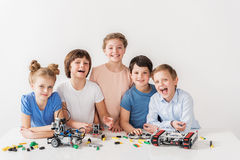 Vrolijk glimlachend team van jonge technici Royalty-vrije Stock Foto