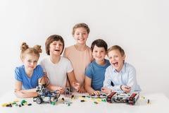 Vrolijk glimlachend team van jonge technici Stock Foto's