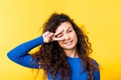 Vrolijk grappig het knipogen emotioneel meisjesportret royalty-vrije stock foto's