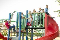 Vrolijk het kindspel van de schoolleeftijd op speelplaatsschool royalty-vrije stock foto's