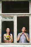Vrolijk huwelijkspaar die pret in openlucht op huwelijksdag hebben Royalty-vrije Stock Fotografie