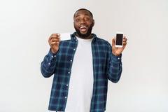 Vrolijk jong Afrikaans mannetje die in overhemd transactie maken die mobiele noemende toepassing op zijn smartphone gebruiken royalty-vrije stock foto