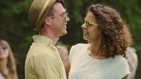 Vrolijk jong en paar die, die van het vrije gelukkige leven samen genieten dansen knuffelen stock footage