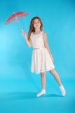 Vrolijk jong meisje in witte kleding met een paraplu Royalty-vrije Stock Foto's