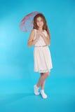 Vrolijk jong meisje in witte kleding met een paraplu Royalty-vrije Stock Fotografie