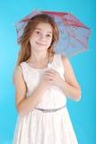 Vrolijk jong meisje in witte kleding met een paraplu Royalty-vrije Stock Afbeeldingen