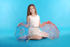 Vrolijk jong meisje in witte kleding met een paraplu Stock Afbeeldingen