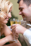 Vrolijk jong paar in een restaurant Stock Afbeelding