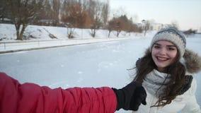 Vrolijk jong paarijs die op bevroren meer schaatsen stock videobeelden