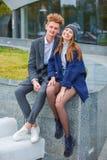 Vrolijk jong pret hebben en paar die samen in openlucht lachen royalty-vrije stock afbeelding