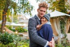Vrolijk jong pret hebben en paar die samen in openlucht lachen royalty-vrije stock foto