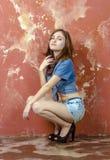 Vrolijk jong tienermeisje in denimborrels Royalty-vrije Stock Afbeelding