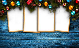 Vrolijk Kerstmiskader met echte houten groene pijnboom, kleurrijke snuisterijen, gift boxe en ander seizoengebonden materiaal ove stock afbeeldingen